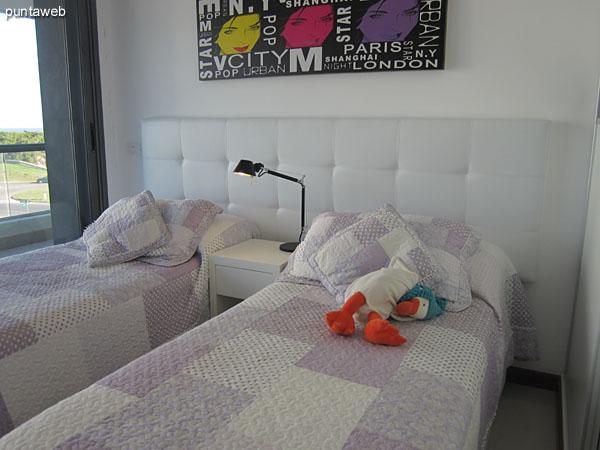 Segunda suite situada sobre el lateral este del apartamento. <br><br>Acondicionada con dos camas individuales, ofrece acceso al balcón terraza en L del apartamento.<br><br>Cuenta con aire acondicionador.
