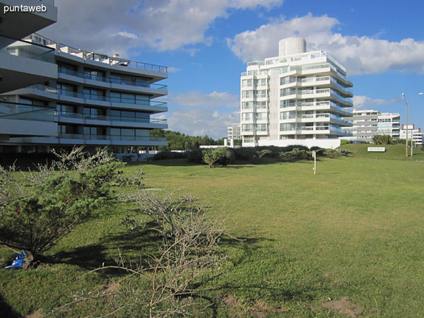 Vista al mar desde el balcón terraza del apartamento.
