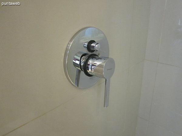 El baño de la segunda suite está equipado con ducha y mampara.