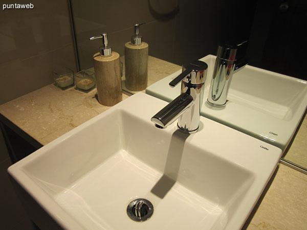 Detalle de grifería y artefactos sanitarios del baño de la segunda suite.