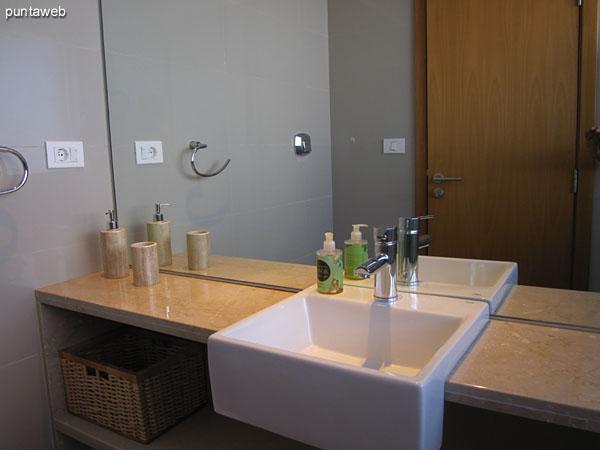 Vista hacia el baño de la tercera suite.