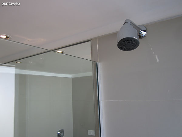 Detalle de grifería en el baño de la tercera suite.