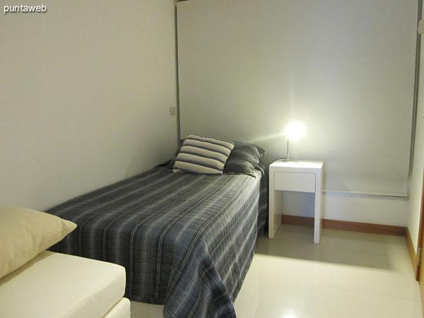 El baño de la tercera suite está equipado con ducha y mampara.