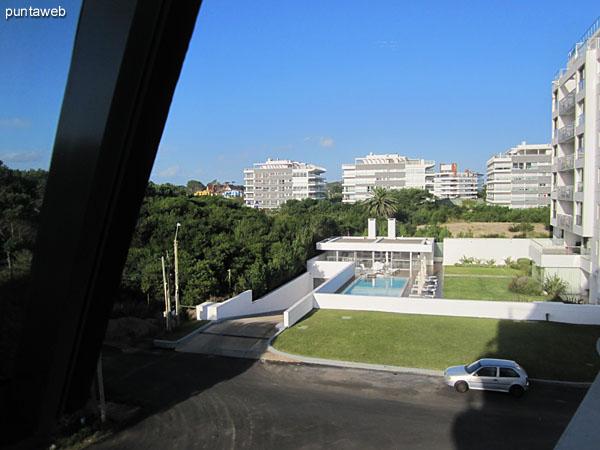 Vista hacia el norte sobre entorno de barrio residencial desde la ventana del dormitorio de servicio.