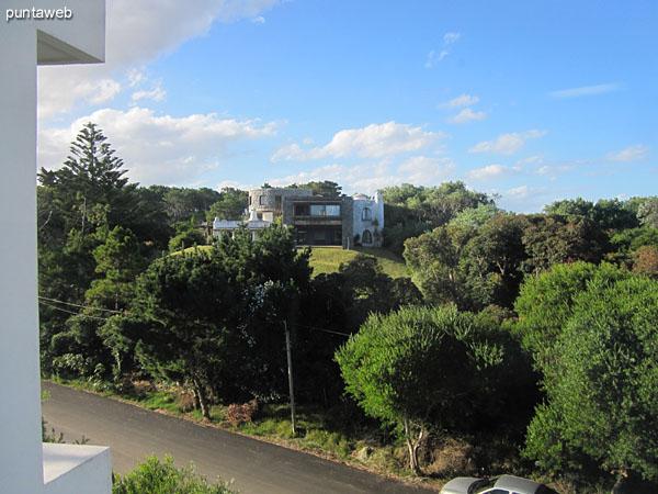 Vista desde la cocina hacia el entorno de barrio residencial.