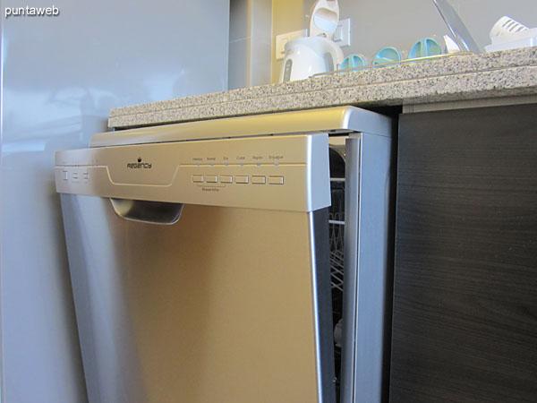 Cocina equipada con horno eléctrico, lavarropas y lavavajillas.