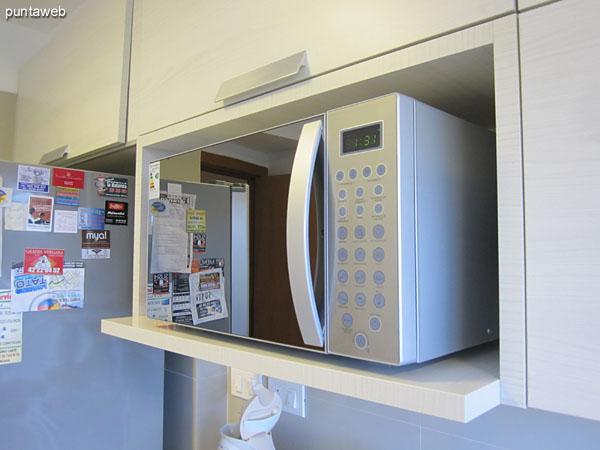 Línea completa de electrodomésticos: tostadora, licuadora, máquina de café expresso, juguera, boyler, etc.