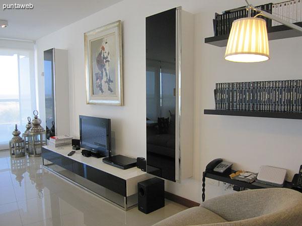 Acceso al apartamento. Hacia el fondo de la imagen el acceso desde la entrada de servicio hacia un pallier interno que conecta la cocina, el dormitorio de servicio con baño y el pasillo de los tres dormitorios del apartamento.