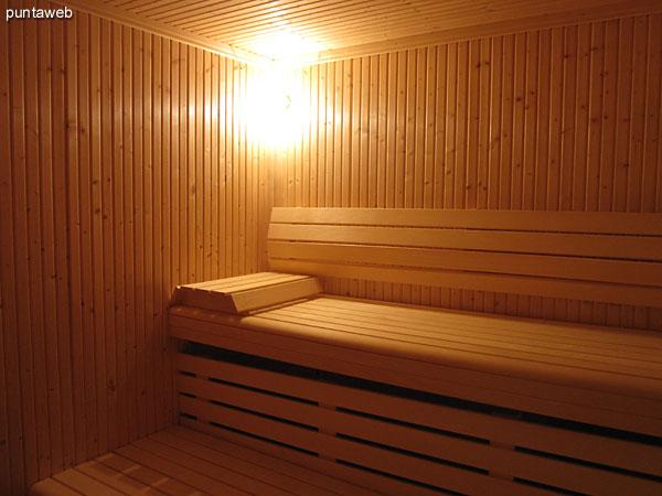 Baños y servicios sanitarios en el sector del sauna.