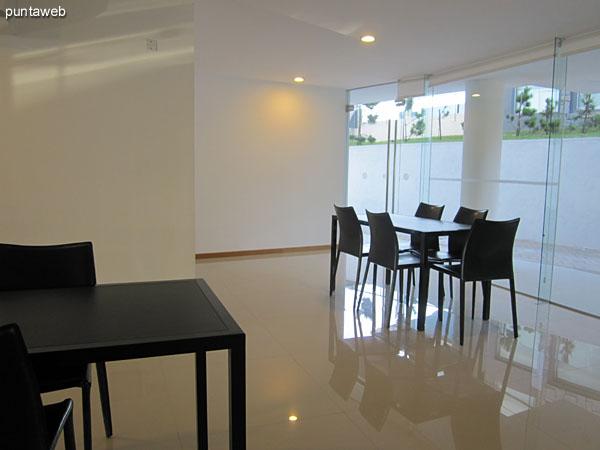 Vista general de otras salas a continuación de la barbacoa y separadas por puertas corredizas que permiten modular los espacios según las actividades.