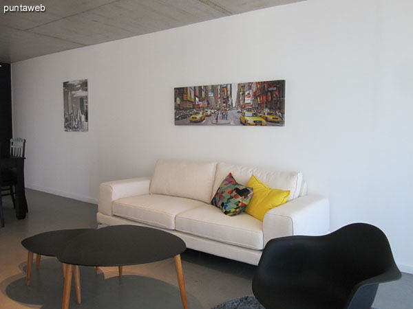 Living room, very bright, equipped with large windows and sliding windows with access to large terrace balcony corrido.
