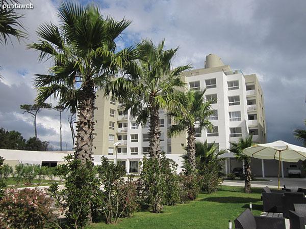 Vista de la ruta de acceso a Punta del Este desde el jardín al frente del edificio.