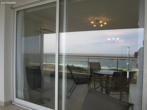 Suite principal. Situada hacia el frente del apartamento con acceso al balcón terraza. Equipada con cama matrimonial.<br><br>El ambiente cuenta con aire acondicionador.