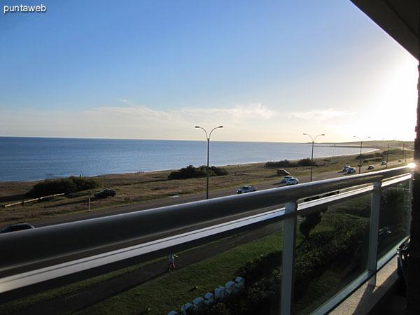 Vista hacia la península desde el balcón terraza del apartamento.