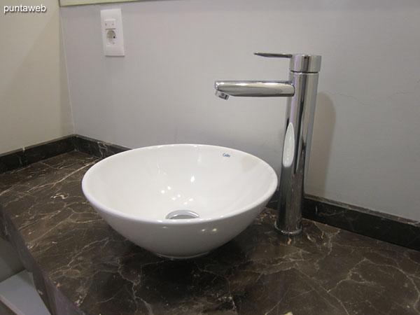 Baño de la segunda suite, equipado con ducha y cortina de baño.