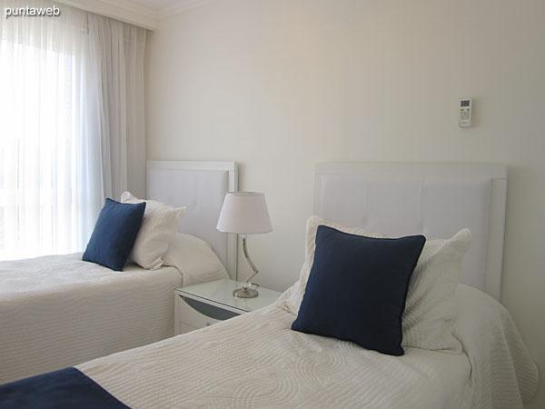 La tercera suite está equipada con cama matrimonial, TV y aire acondicionador.