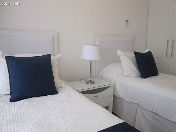 Detalle de la disposición de la TV y el aire acondicionador en la tercera suite.