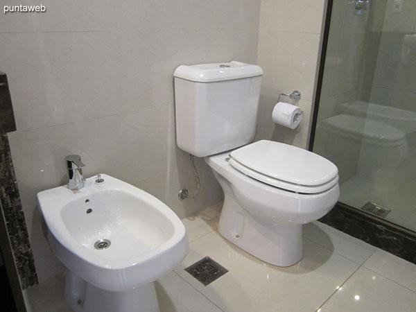 Detalle de la grifería monocomando de la ducha en el baño de la tercera suite.