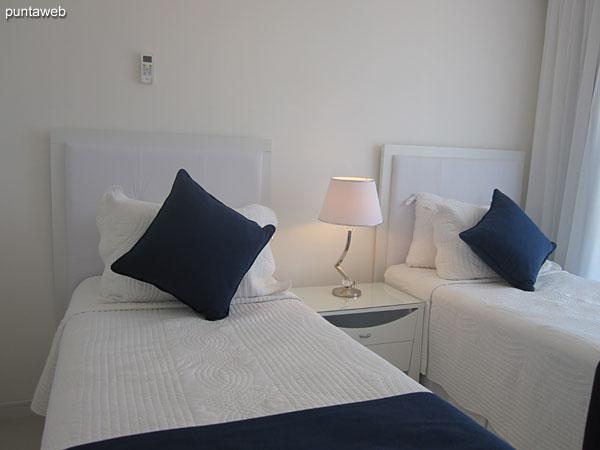 Baño de la tercera suite equipado con ducha y cortina de baño.