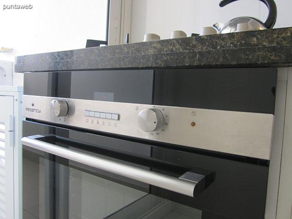 Vista general de la cocina desde su entrada hacia el lavadero al fondo de la imagen.