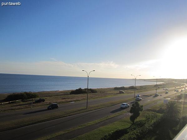 Vista hacia el mar desde el balcón del apartamento.