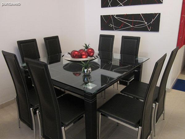 Detalle del espacio de comedor. Equipado con importante mesa en vidrio con ocho sillas a juego.