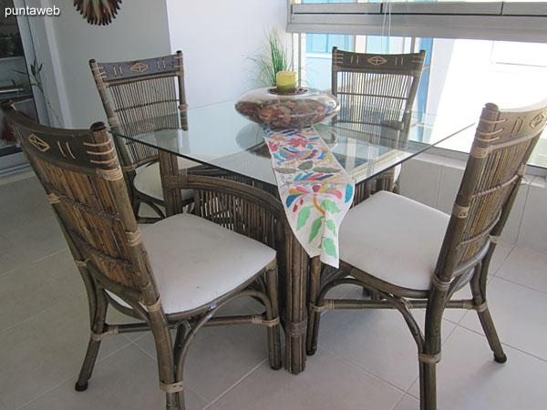 El acceso al balcón cerrado puede hacerse desde el living comedor como de la cocina.