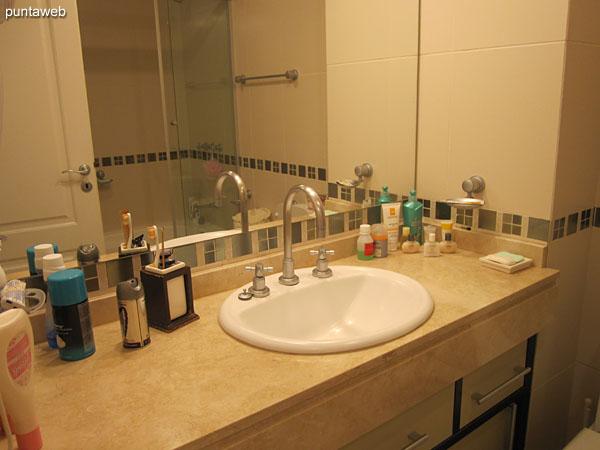 Detalle de grifería y artefactos sanitarios del baño de la suite.
