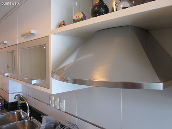 Cocina de vitrocerámico de cuatro hornallas y horno eléctrico.