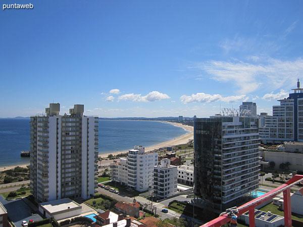 Vista hacia la bahía de Punta del Este desde la terraza del segundo piso del dúplex.