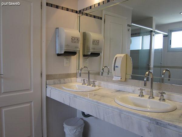Servicios higiénicos en el sector de spa en planta baja.