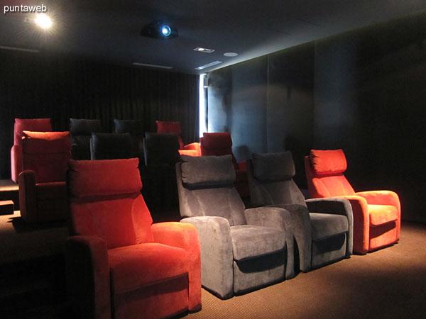 Ambiente de estar en el lobby a la entrada a la sala de cine.