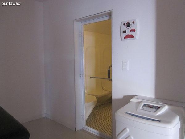 Duchas en la sala de sauna seco y sauna h�medo.