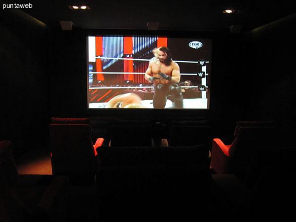 Detalle de butacas en la sala de cine.