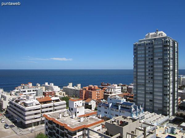 Vista hacia el océano Atlántico desde las ventanas del living comedor.