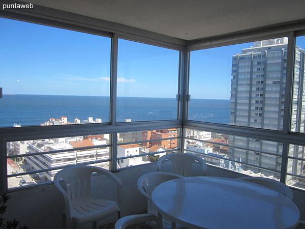 Vista desde el living comedor hacia el suroeste sobre el océano Atlpantico y los edificios circundantes de la península.