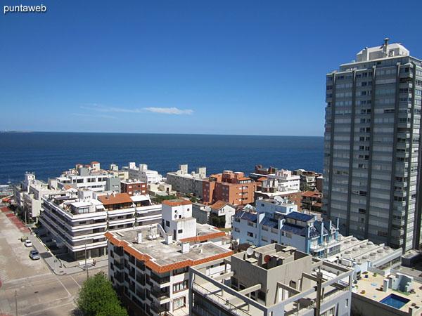 Vista hacia el oeste sobre el puerto y entorno de edificios circundantes desde el balcón terraza cerrado.