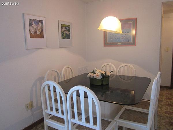 Espacio del comedor. Situado al ingreso del living comedor.<br><br>Acondicionado con mesa cuadrada en vidrio y madera, con ocho sillas.
