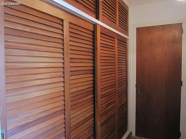 Detalle del armario en madera del dormitorio principal.