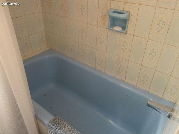 Baño del dormitorio principal. Equipado con ducha con bañera y cortina de baño.