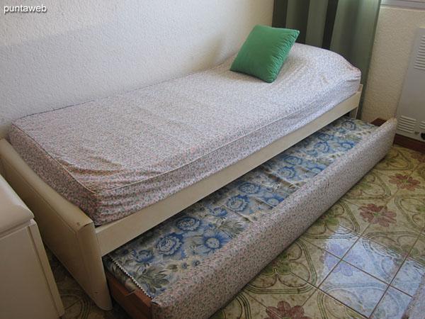 Segundo dormitorio. Acondicionado con dos camas individuales, una de ellas con cama marinera generando una capacidad total de tres personas.