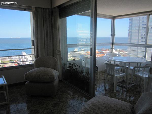 Vista general del ambiente de estar.<br><br>Al fondo, el balcón terraza cerrado.