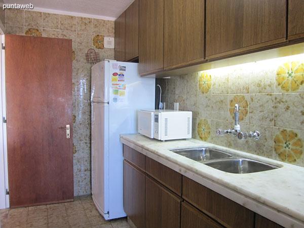 Cocina. Exterior con lavadero.<br><br>Equipada con mesada en mármol, doble bacha y muebles y estantes sobre y bajo mesada.