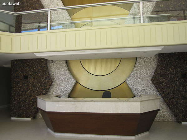 La torre cuenta con dos ascensores y ascensor de servicio.