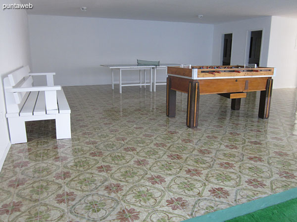 Salón de usos múltiples. Situado hacia el lateral sur a nivel de un primer piso.