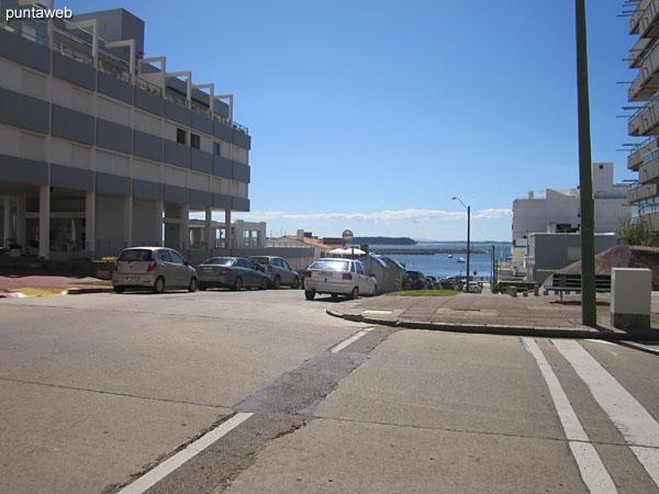 Av. Gorlero desde la esquina del edificio hacia el este.