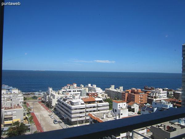 Vista hacia el océano Atlántico desde las ventanas del living comedor hacia el sur.