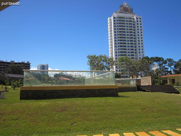 Vista general del lobby en la zona de acceso al jardín del predio donde se encuentran las piscinas al aire libre.