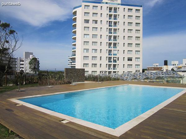 Fachada del edificio desde el deck de madera donde se encuentran las piscinas al aire libre.