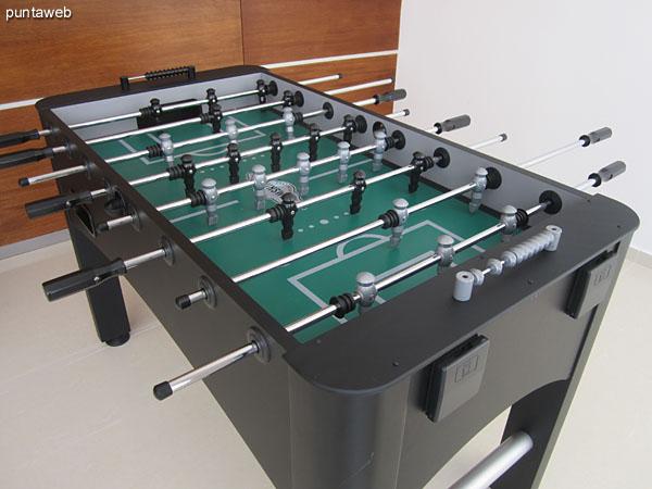 Detalle de mesa de pool en la sala de juegos para niños y adolescentes.